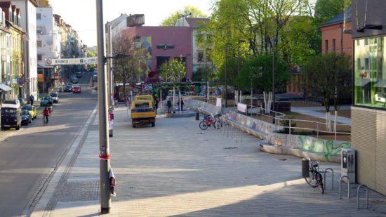 Scheune-Vorplatz mit Reinigungsplan: Gestern in den frühen Morgenstunden wurden Bänke installiert.