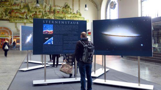 Ausstellung Sternstaub in der Bahnhofshalle