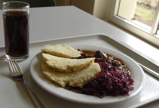 Gulasch mit Rotkohl und Cola für 5,50 Euro.