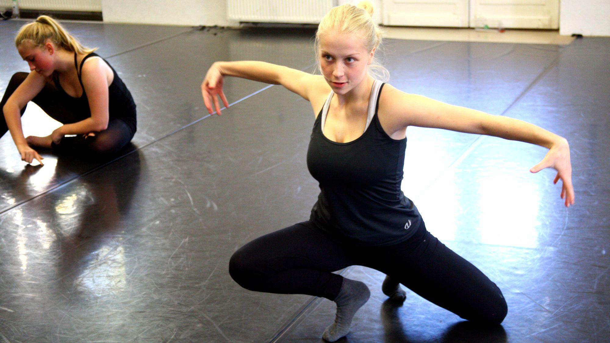 Annika Weber tanzt die Schlange. Foto: Bernd Bolitschew