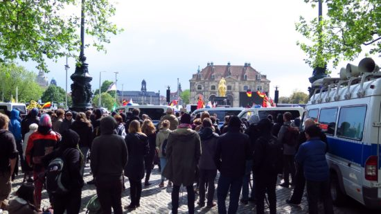 Die Gegendemonstranten trillerten und riefen.