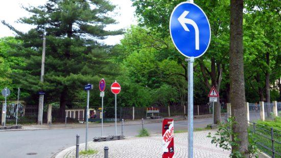 Jägerstraße und Nordstraße teilweise gesperrt: Die Ausschilderung steht schon bereit. Noch stören parkende Autos den Baubeginn.