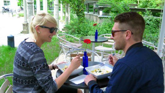 Dinner mit Blümchen im Garten.