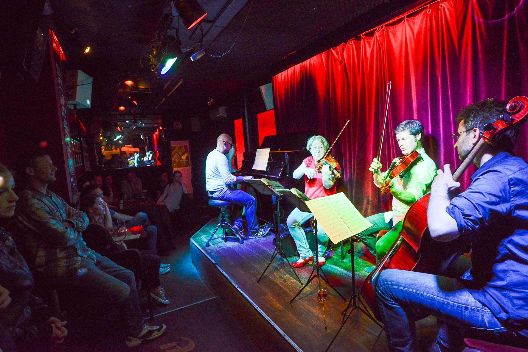 Im Blue Note: Johannes Nalepa (Klavier), Anett Baumann (Violine), Martin Fraustadt (Viola), Jakob Andert (Violoncello) (von links nach rechts) - Foto: Matthias Creutziger