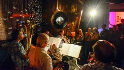 Im Bon Voyage: Philharmonic Brass Dresden, Mathias Schutzler (Trompete), Erich Markwart (Horn), Olaf Krumpfer (Posaune), Jens-Peter Erbe (Tuba), Tobias Willner (Trompete) (von rechts unten im Halbkreis nach oben) - Foto: Matthias Creutziger