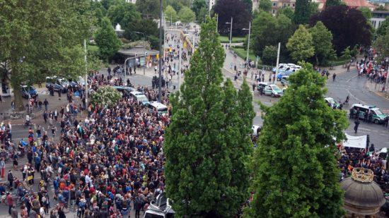"""Rund 2000 Demonstranten waren dem Aufruf von """"Gepida"""" gefolgt und protestierten am Albertplatz gegen Pegida."""
