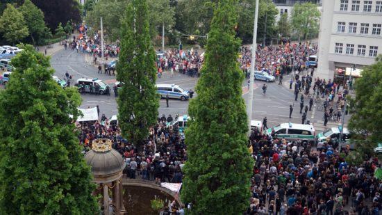 Am Albertplatz trafen die Pegida-Anhänger auf eine protestierende Menge. Die Polizei sicherte beide Demonstrationen ab.