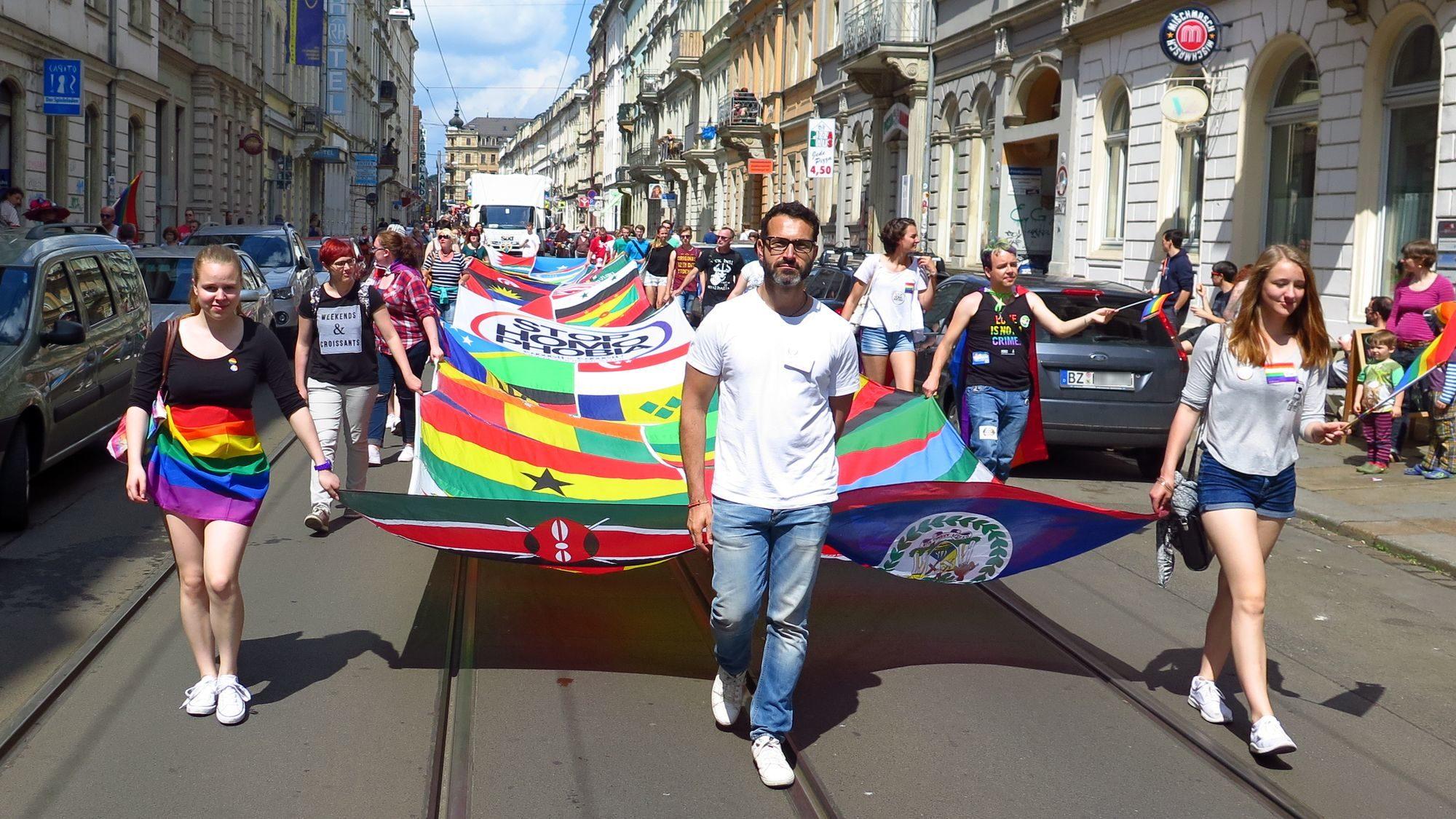 Das riesige Banner zeigt die Flaggen der Länder, in denen Homosexualität noch strafbar ist.