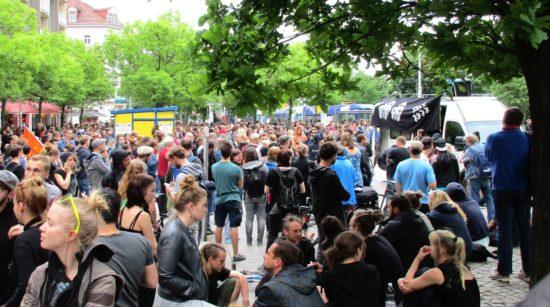 Gegendemonstranten am Alberplatz