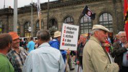 Pegida-Anhänger am Schlesischen Platz (Bahnhof Neustadt)