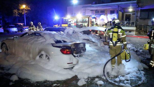 Brennende Autos an der Hauptstraße