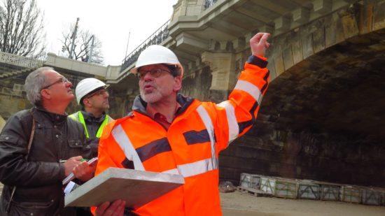 Reinhard Koetnitz zeigt die neuen Brückenkappen an der Albertbrücke - Foto: Archiv