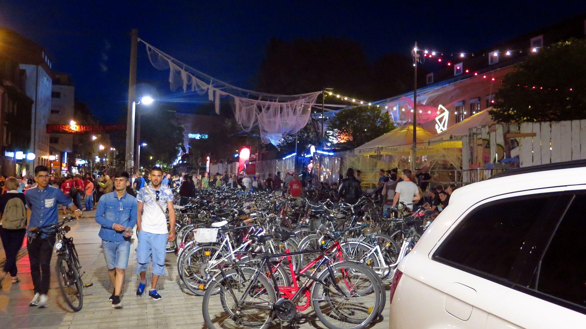 Fahrradlager vor der Scheune