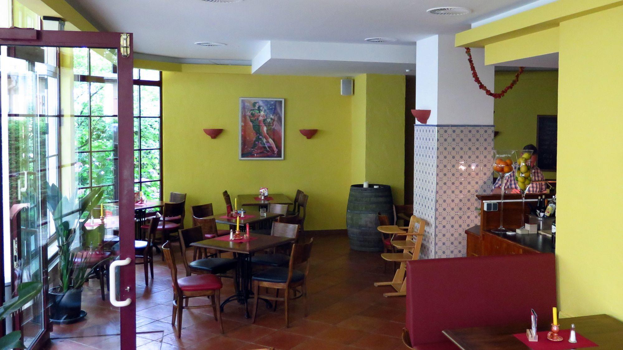 Im Werbeprospekt würde es wohl heißen, das Restaurant ist lichtdurchflutet. Aber die großen Fenster sind tatsächlich sehr schick.