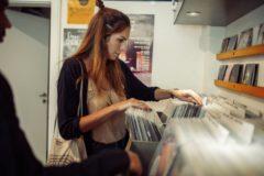 DJAcee aus Zürich stöbert im Fenders Record-Store. Foto: Fokke Hassel
