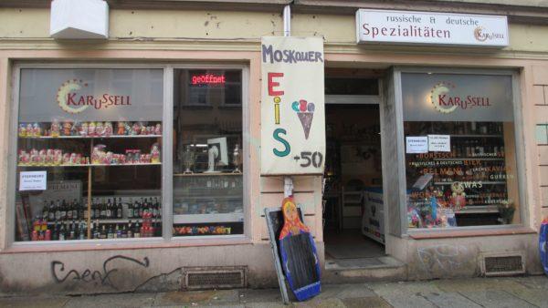 Im Lebensmittelgeschäft Karussell gibt es auch deutsches kulinarisches Kulturgut. Sternburg zum Beispiel.