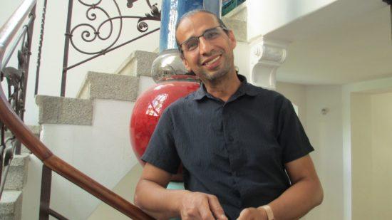 El Miloud Fathi vor der Hundertwasser-Säule im ehemaligen Restaurant 'Jahrhundert'