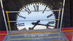 Die Uhr muss repariert werden.