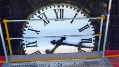 Nächtliche Besucher mussten an den Zeigern drehen. Jetzt ist das Uhrwerk kaputt.