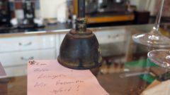 Kellner Glocke im La Moka