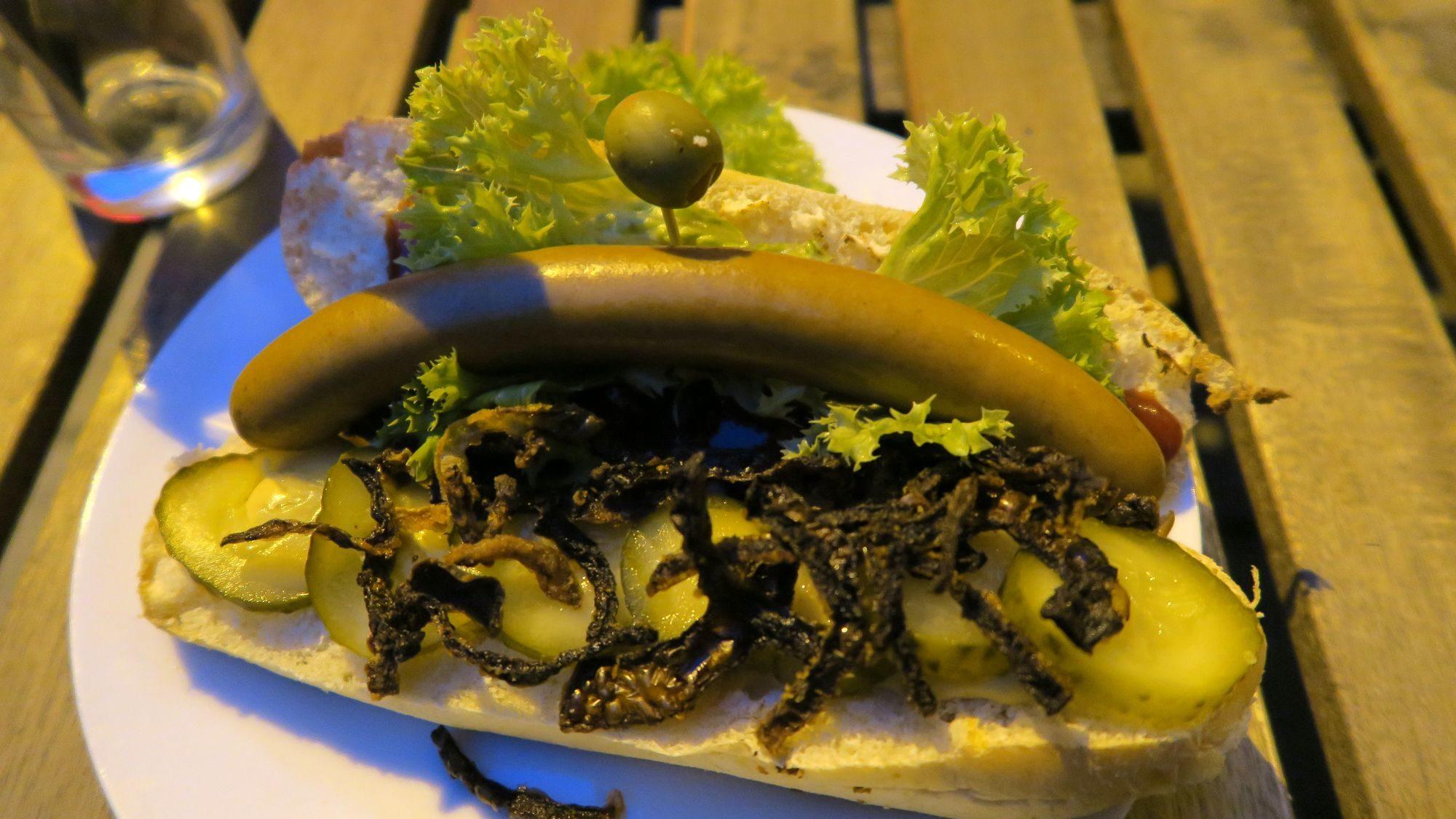 Hot-Dog mit Schweinswurst und Olive