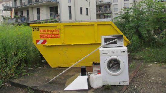 Stillleben mit Waschmaschine in einem alten Barackenhof