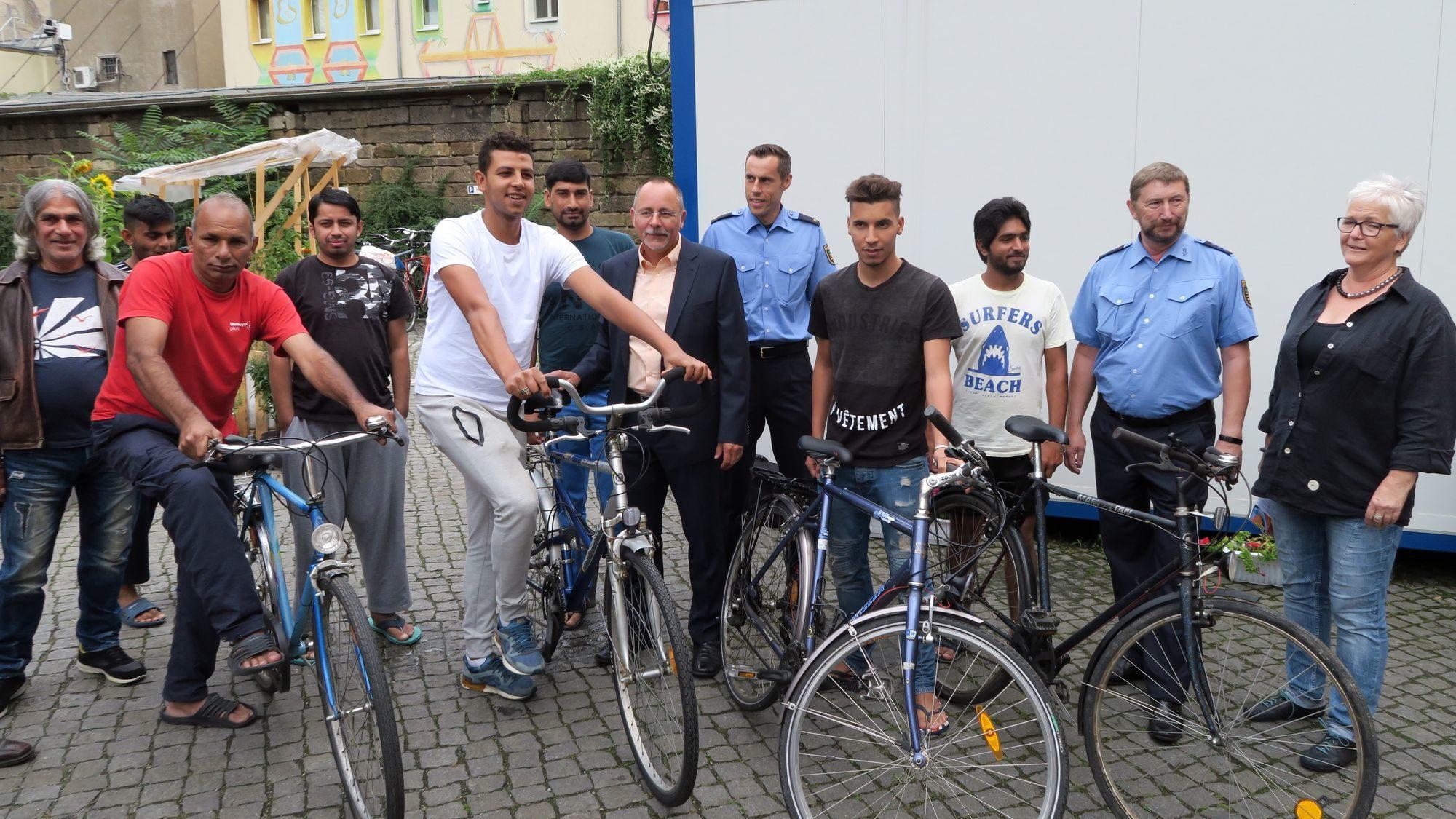 Fahrräder für Asylbewerber: Ortsamtsleiter Barth und Revierleiter Imhof übergaben die Räder.