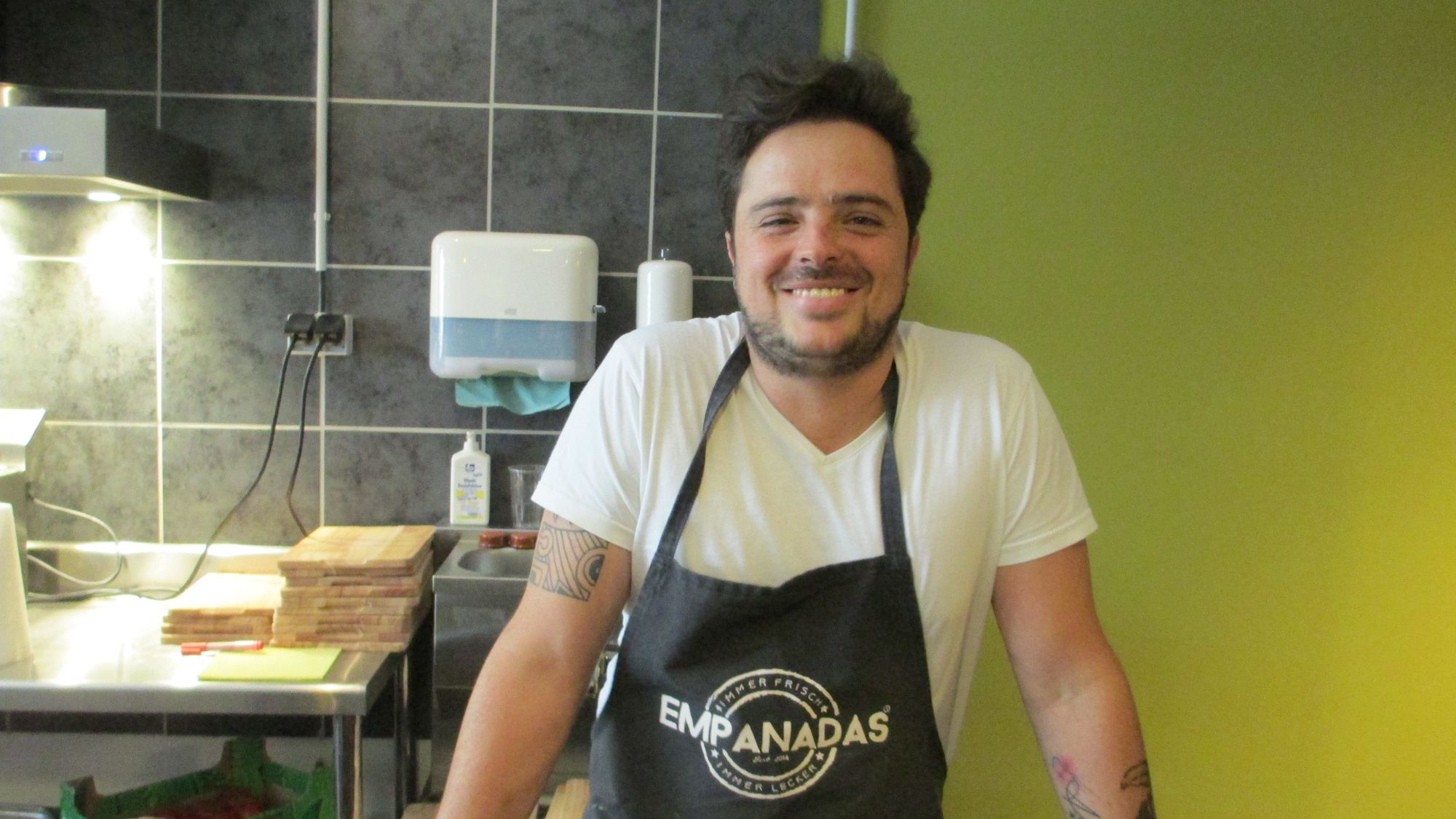 """Karl Zschommler in seinem Empanada-Geschäft auf der Kamenzer Straße: """"Ich will, dass alles funktioniert"""""""