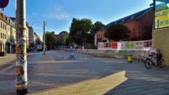 Scheune-Vorplatz früh um 8 Uhr: blitzeblank