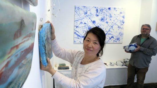 Künstlerin Keun Woo Lee und Galerist Mario Pitz