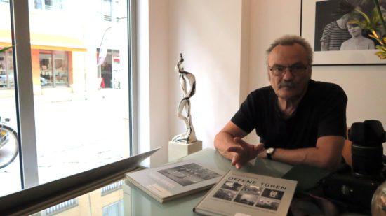 """Günter Starke mit Büchern im Atelier """"Starke Fotografen"""""""