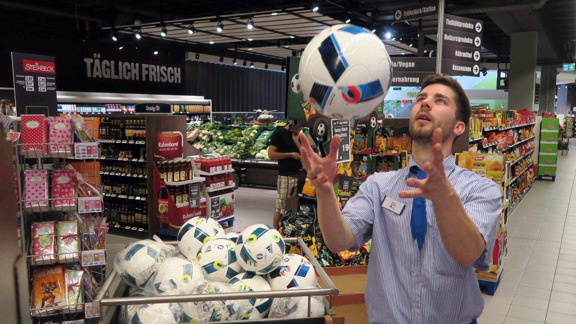 Statt Melonen jongliert Rico Seidel ausnahmsweise mal mit einem Fußball.