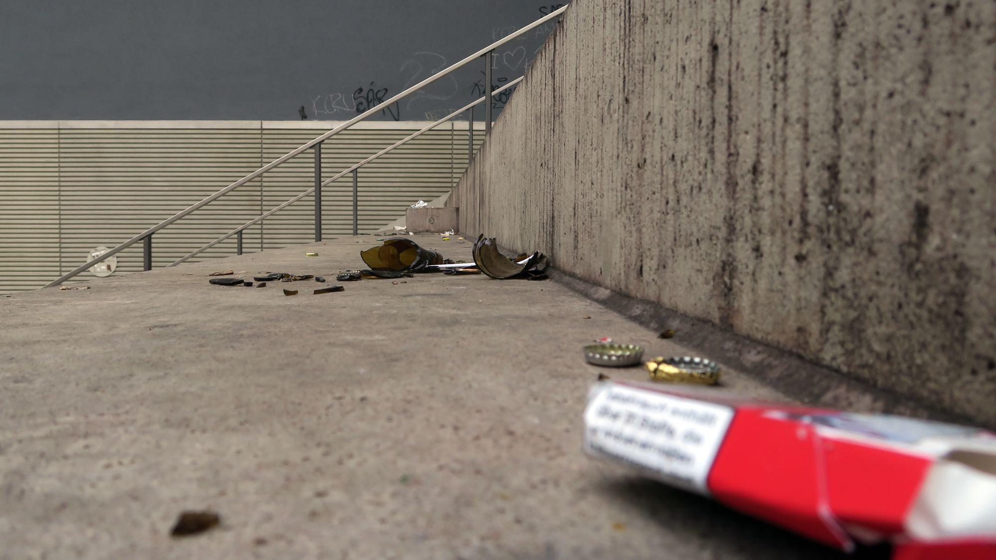Scherben auf Beton - auf der Turnhallentreppe Dauerzustand.