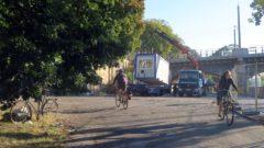Noch kommt man mit dem Rad vom Rosa-Luxemburg-Platz zur Elbe, ab 12. September ist die Straße gesperrt.