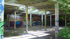 Früher wurde das Gelände von der Sowjet-Armee genutzt, verfallene Panzerhallen künden noch davon.