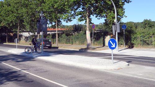 Radfahrerin überquert Hansastraße