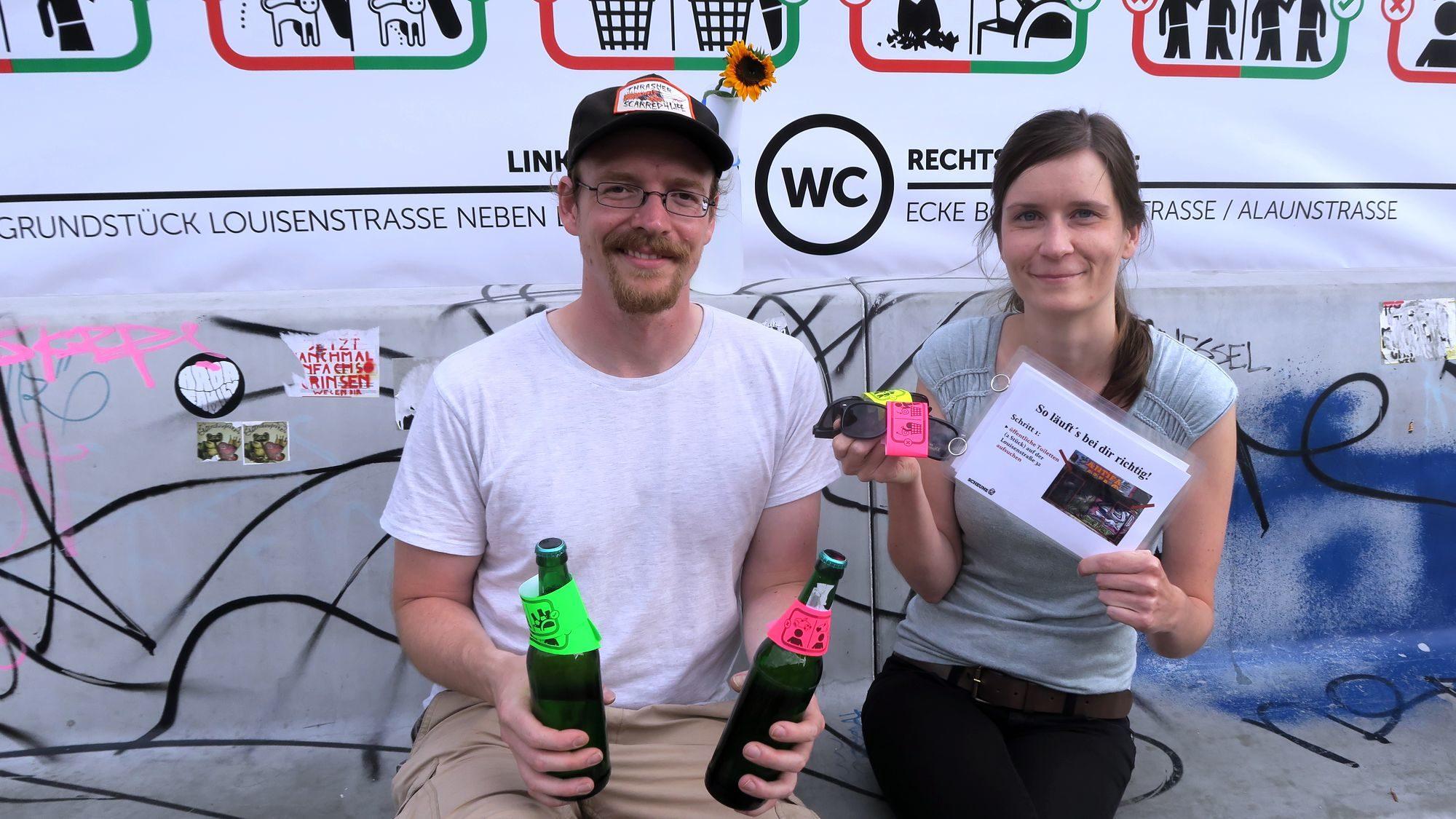 René Keil und Romy Jaehnig mit den Gadgets ihrer Aktion.
