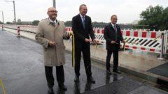 Durchgeschnitten: Vom Wirtschaftsministerium Bernd Sablotny, Erster Bürgermeisters Detlef Sittel und der Geschäftsführer der Arbeitsgemeinschaft Albertbrücke Thomas Alscher.