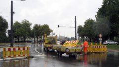 Die Bauabsperrungen werden verladen, die Brücke ist offen.