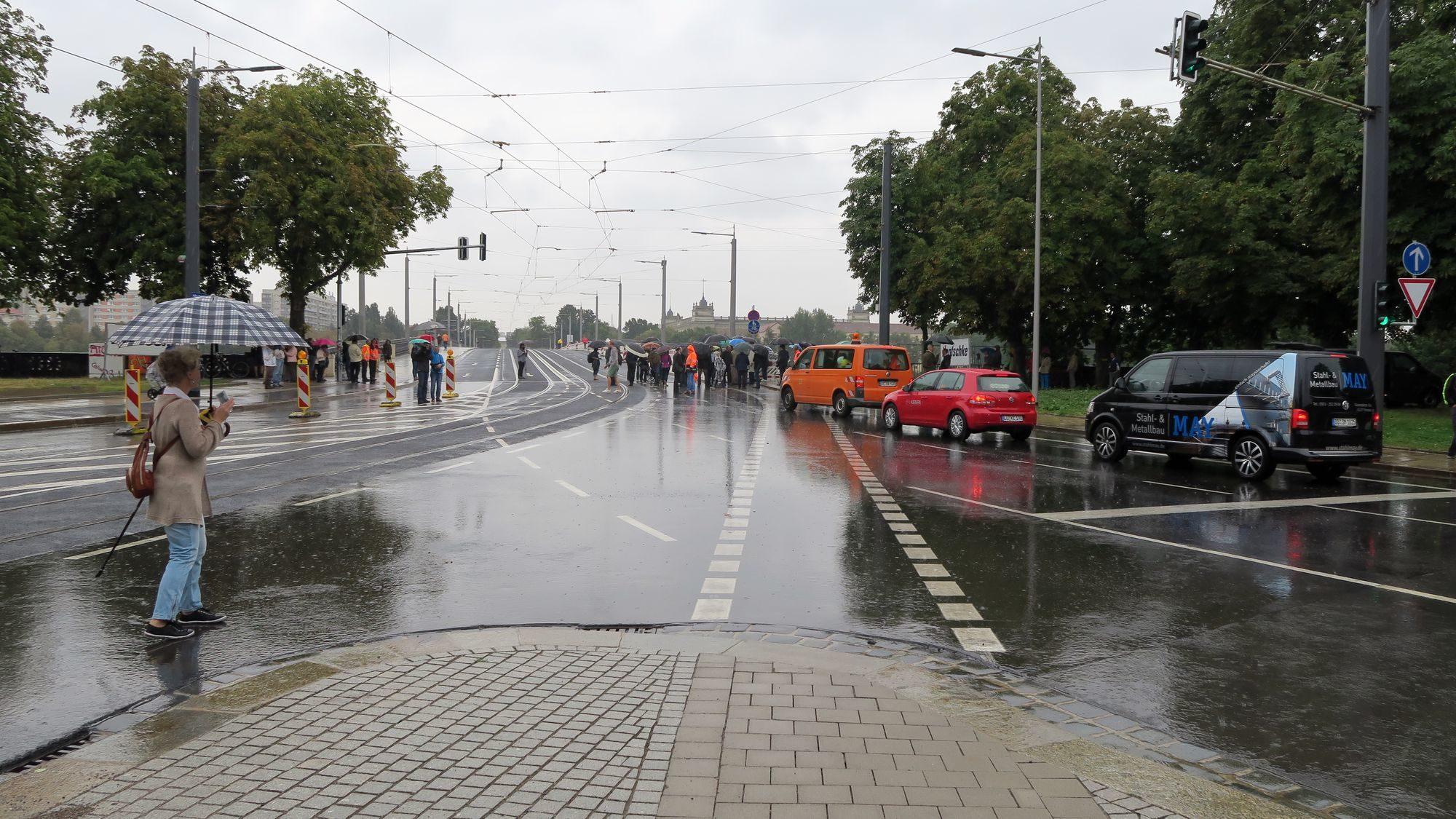 Erster Stau schon kurz nach der Wiedereröffnung, weil die Eröffnungsfeiernden noch den Fahrstreifen blockieren.