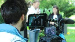 Kameramann Uwe Nadler bei den Dreharbeiten zum Sukuma Award 2015, im Hintergrund Regisseur Thomas Frick und Schauspielerin Annedore Bauer