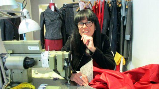 In ihrem Atelier auf der Prießnitzstraße entwirft Helena Marx ihre Mode.