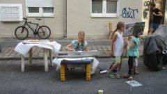 Musizierende Kinder auf der Rudolfstraße. Jeder fängt schließlich mal klein an.