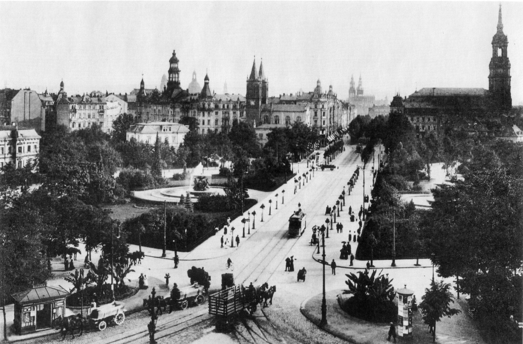 Der Albertplatz zu Beginn des 20. Jahrhunderts, links die Doppeltürme der damaligen Katholischen Pfarrkirche.