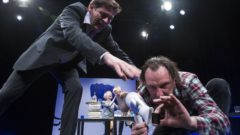 Der Gott des Gemetzels - Szene mit Tom Mikulla, Anne Keßler, Oda Pretzschner, Mario Grünewald v.l - Foto Volker Metzler