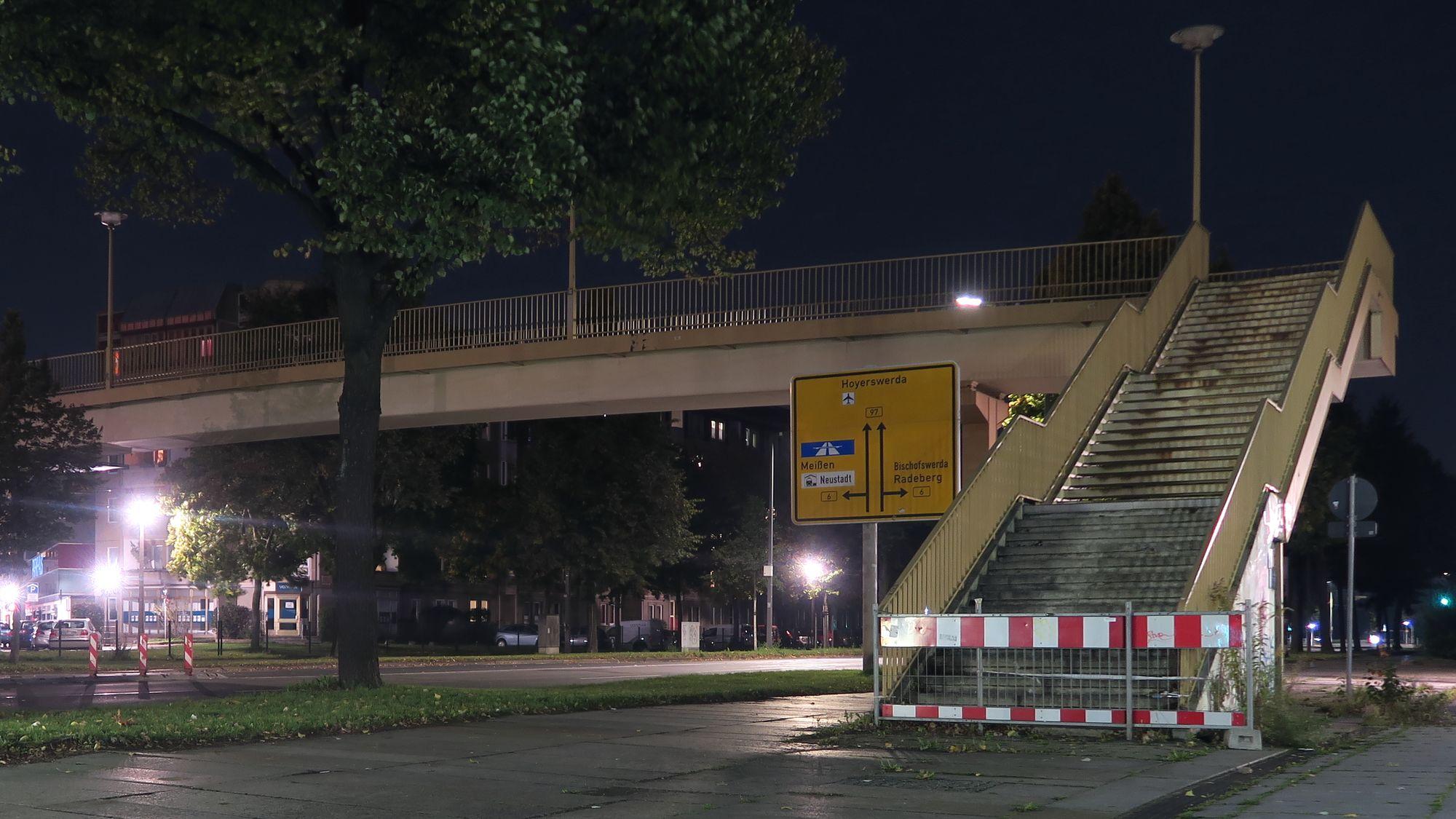 Wird bis Ende Nobember abgerissen. Brücke über die Albertstraße.