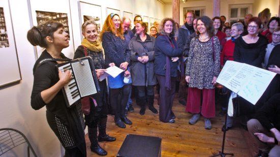 Zur Eröffnung Christine Starkes (2.v.l.) Ausstellung gab es Musik aus der Quetschkommode - Foto: Günter Starke