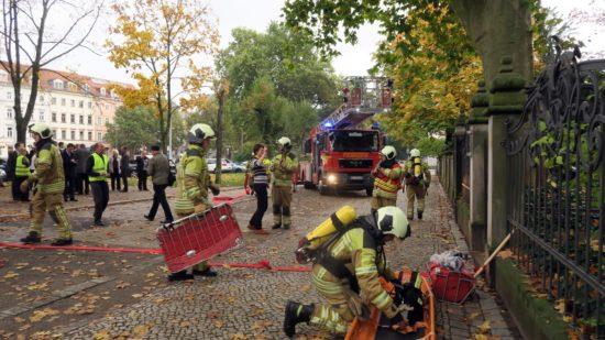 Feuerwehrleute mit Spineboard bei einer Übung im Oktober 2016 - Foto: Archiv