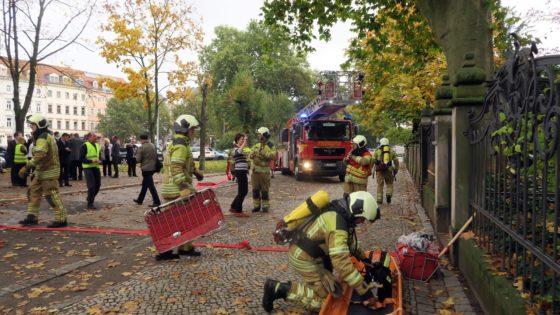 Feuerwehrleute im koordinierten Einsatz.