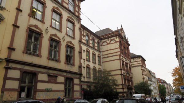 Das Schulgebäude steht seit 1894 auf der Louisenstraße.